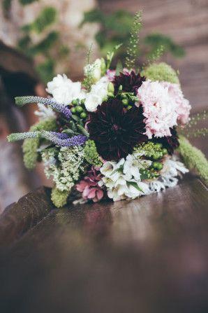 purple, pink and green bouquet http://weddingwonderland.it/2016/04/matrimonio-a-tema-vino-e-uva.html