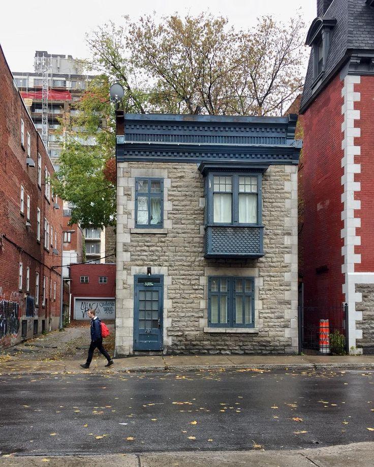 Adorable maisonnette victorienne (circa 1885) avec un balcon fenêtré en porte à faux.  Lovely tiny Victorian house with a cantilevered window balcony (circa 1885). #Montréaljetaime #Montrealhouse