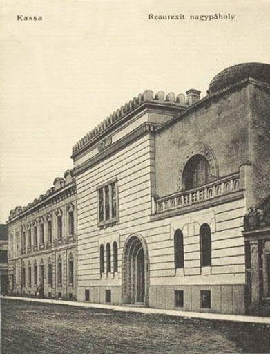A kassai Resurresxit szabadkőműves páholy székháza képeslapon / The masonic lodge house in Kassa on picture postcard.