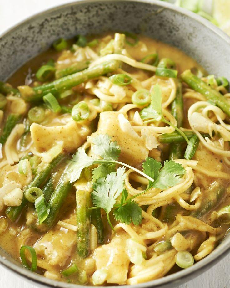 Pittige groene curry en kokosmelk vormen de basis in dit heerlijk Oosters geïnspireerd gerecht met kabeljauw, die je gaart in het kokossoepje, lekker makkelijk!