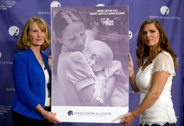 Susan Berger y su ex paciente Amadan Scarpanati se reencontraron el 29 de septiembre. AP /Mike Groll