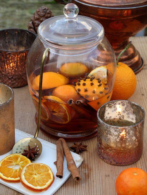 Unique Mit Nelken gespickte Orangenviertel Tee Wein Orangensaft und Zimtstangen ergeben einen vorweihnachtlichen Punsch