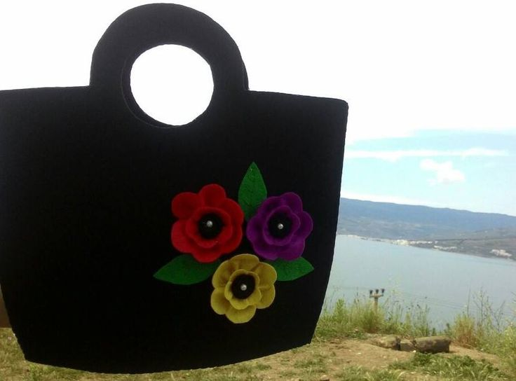 siyah keçe üzerine çiçek motifli çanta..