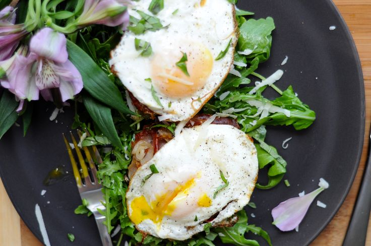 portobello breakfast mushrooms! meaty portobello mushrooms filled with shallots, prosciutto and egg - easy and delicious carb-free way to start your weekend! recipe up on the blog :)