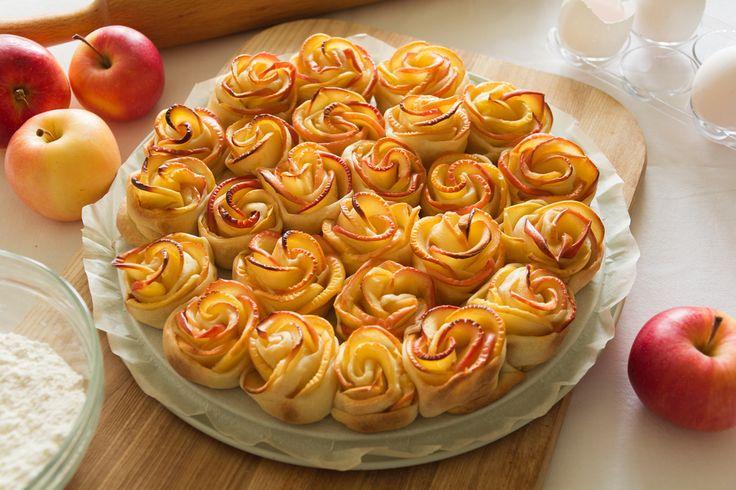 Préparation : 1. Coupez le beurre en petits morceaux et mettez-le dans un bol. Lavez les pommes, coupez-les en deux dans le sens de la hauteur et ôtez les trognons. Coupez-les en tranches très fine…