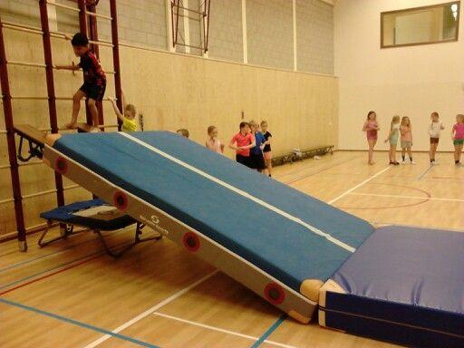 In de trampoline springen koprol op de mat (met hulp lk op de mat)