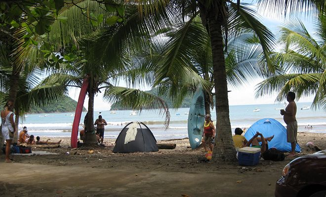 Estas personas están acampando. Se ve muy divertida.