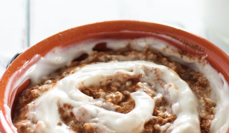 Vegane Zimtschnecken Overnight Oats. Ein gesundes und leckeres Frühstück das nach Dessert schmeckt! Perfekt für Morgenmuffel!
