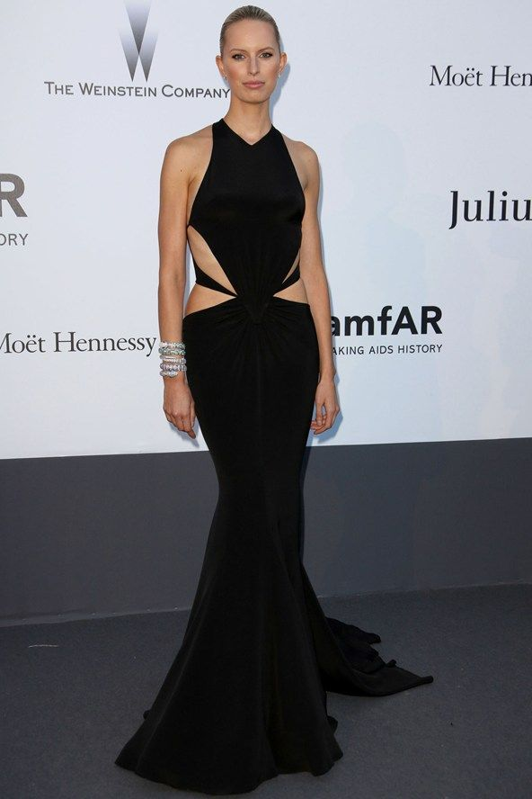 Gala amfAR: Karolina Kurkova en un vestido negro con cut outs de Roberto Cavalli