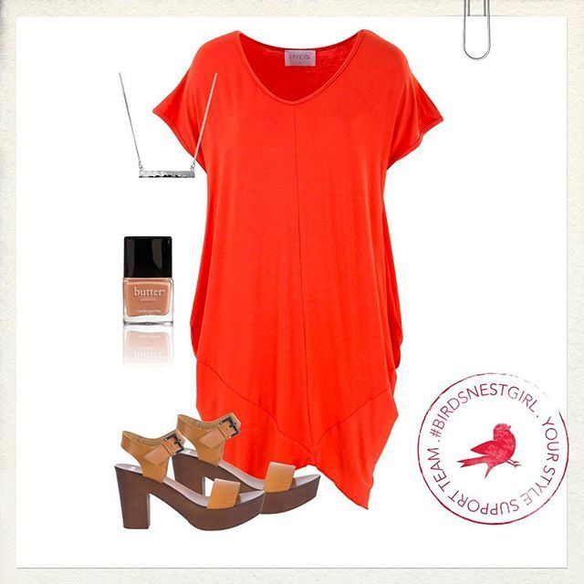 Discover the ease of the tee dress! Slip it on and stand out in a vibrant colour and simple accessories.