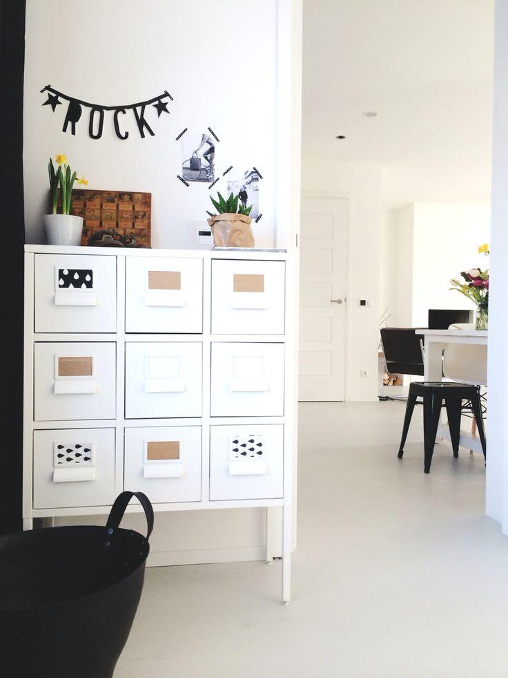 Doorkijk hal naar woonkamer, gietvloer, kastje Ikea
