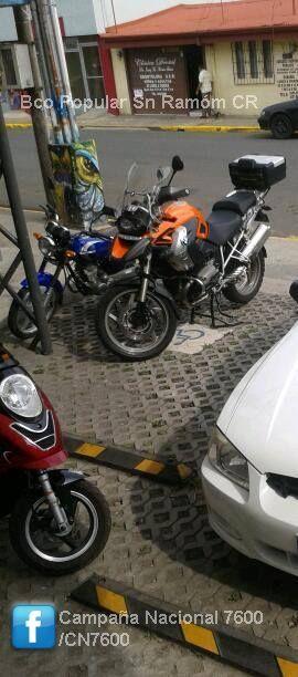 Será que son motociclistas con movilidad reducida, en parqueo Bco Popular Sn Ramón, Alajuela. CR