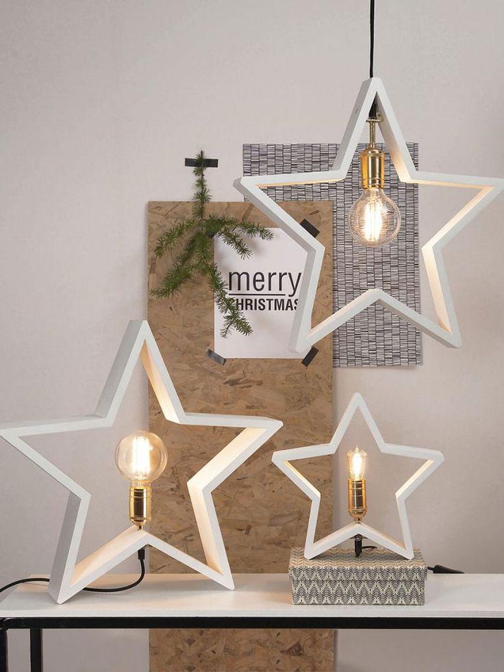 LYSeKIL er en meget dekorativ lampe fra Star Tradingsom er svært anvendelig i sin bruk. Lampen er produsert i treverk, formet som en stjerne og tilgjengelig i fargene hvit, brun og sort. Stjernen kan med fordel plasseres både på bord, gulv og i vinduskarmer. LYSeKIL har en sokkel i messingog den behøveren dekorativ pære for å ta seg best ut.