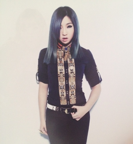 2NE1 Minzy-  l love her hair color here!