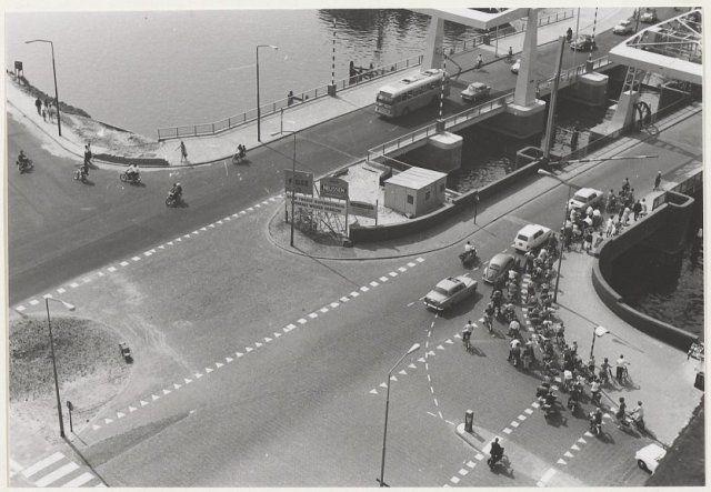 Kruising bij de Buitenrustbrug over het Spaarne van bovenaf gezien. 1970