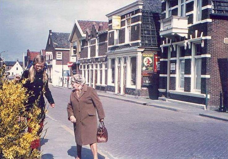 Sigarenmagazijn Timmerman en fietsenmaker Klaas Kroon ca 1969 oud uitgeest.