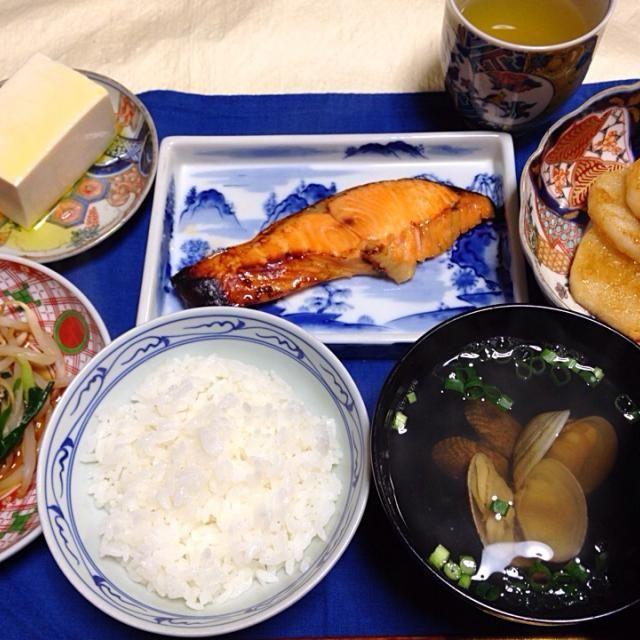 20150421夕食。今日のお買い得の鮭の西京漬け。モヤシとニラの柚子胡椒と醤油和え。冷奴は塩とオリーブオイルを添えて。長芋のステーキには絹さや添えて。アサリのお吸い物。ご飯。煎茶。 - 9件のもぐもぐ - 鮭の西京漬け他和食 by KeikoMorital9
