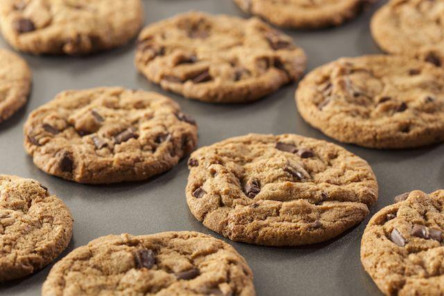 On ne présente plus Pierre Hermé, chef pâtissier génial. Voici sa recette decookies, qu'on ne se lasse pas de grignoter. Pour une quinzainede cookies : 110 g de beurre ramolli 175 g de pépi…