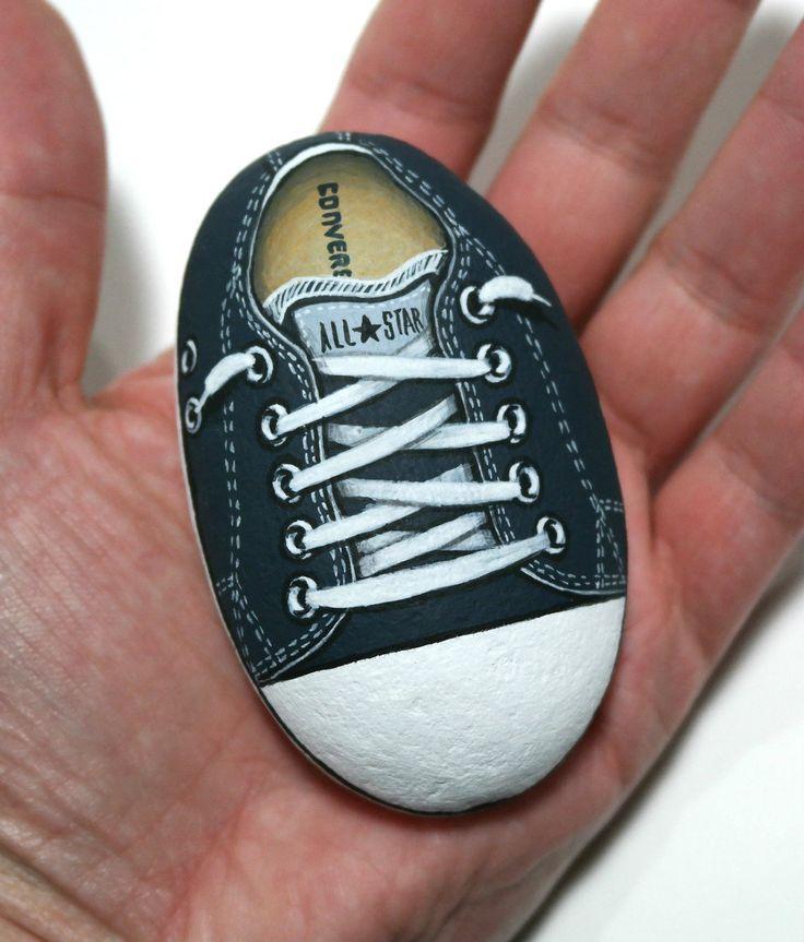 Zwarte schoen All Star Converse geschilderd steen! Rock Painting, Handmade Gift, zee Stone, originele Acryl schilderij, satijn lak bescherming