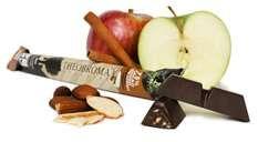 Longue barre de chocolat a 75 %, éclats de pomme infusée à la cannelle et amandes rôties.