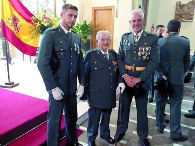 Hoy nuestro homenaje es para Rafael, un joven Guardia Civil de sólo 95 años #HistoriaViva http://www.diariojaen.es/alcala-la-real/item/82251-rafael-perez-un-miembro-de-la-guardia-civil-con-95-anos…