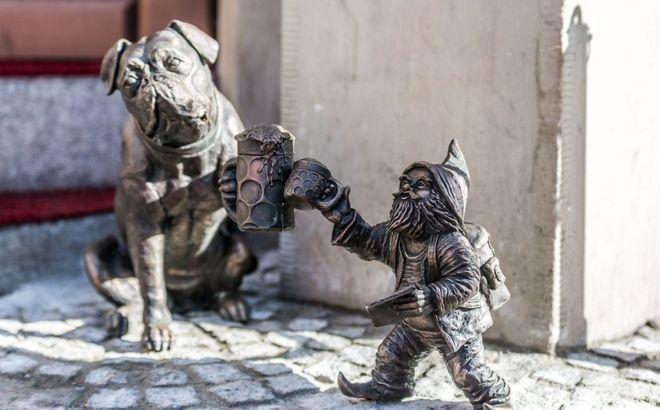 kamienica Pod Złotym Psem -krasnal Podróżnik..towarzyszy mu pies i... kufel piwa. Podróżnik, bo krasnal nie ma jeszcze imienia, wyszedł spod ręki Beaty Zwolańskiej-Hołod, która na świat sprowadziła już ponad 100 krasnali.