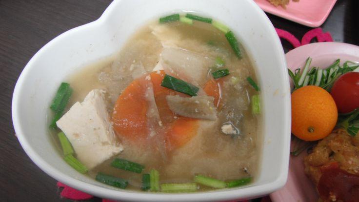 miso soup with tofu,burdocks,carrots,daikon radishes,potatoes and spring onions seasoned with salmon stock and organic miso 鮭で出しをとった有機味噌使用の豆腐、人参、ごぼう、大根、じゃがいも、ねぎの御味噌汁。