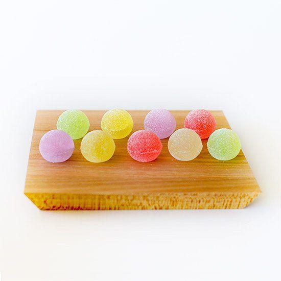 【かわいいお菓子】徳島の「菓游 茜庵」、和のひとくちゼリー「ゆうたま」。 まるで水彩画のような美しい色合いは、食べるのがもったいないほど。素材の味を生かした優しい甘みは、どこか懐かしい味わい。 かわいいボックスの中に個包装で詰められているので、贈りものにもぴったりです。 購入したお店:「菓游 茜庵(あかねあん)」 #北欧暮らしの道具店 #おやつ #オヤツ #お菓子 #おやつタイム #おやつの時間 #徳島 #ゆうたま #菓游 #茜庵