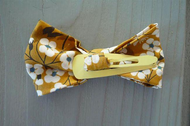 Cette semaine, on confectionne des barrettes en tissu pour petites filles avec des chutes de tissus, en quelques minutes et sans couture ! Il vous faut 10
