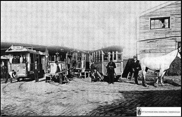 İşte Dingo'nun Ahırı. Dingo adındaki bir gayr-i müslim İstanbul'lunun, tramvay atlarının dinlendirilmesi için işlettiği ahır.. Hangi a...