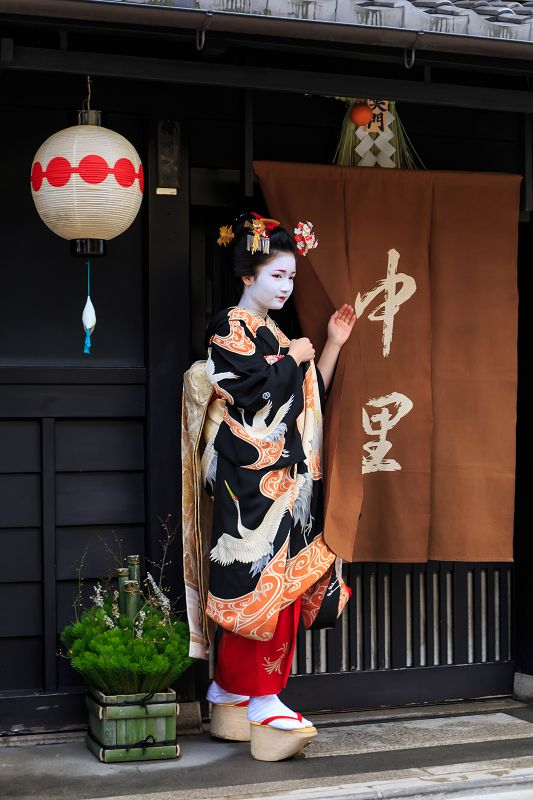 Shigyoshiki 2016 with…The beautiful maiko Naoai! (Source)