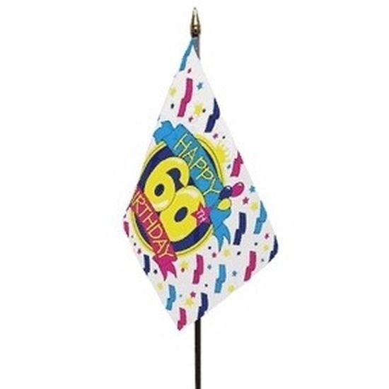 Happy 60th Birthday vlaggetje op kunststof stokje. Het polyester vlaggetje is ongeveer 15 x 10 cm groot. De lengte van het stokje inclusief vlaggetje is ongeveer 27 cm. Er zit een gouden dopje boven de vlag op het stokje.