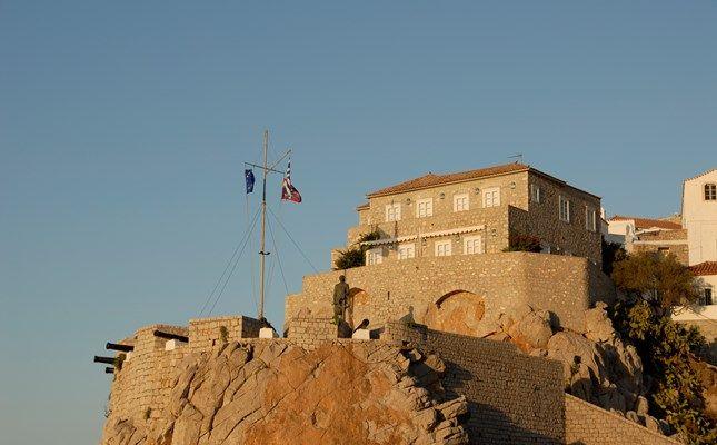 Τα κανόνια στην είσοδο του λιμανιού της Ύδρας http://diakopes.in.gr/the-experts-way-blog/article/?aid=209783 #hydra #island #greece #travel
