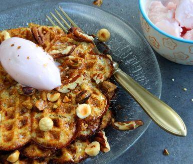 Vill du äta glutenfria våfflor till våffeldagen? Testa dessa goda våfflor baserade på mandelmjöl och fiberhusk. Rivet äpple i smeten gör våfflorna extra spännande och söta. Överraska gästerna med rostade nötter och frozen yoghurt till istället för grädde och sylt.