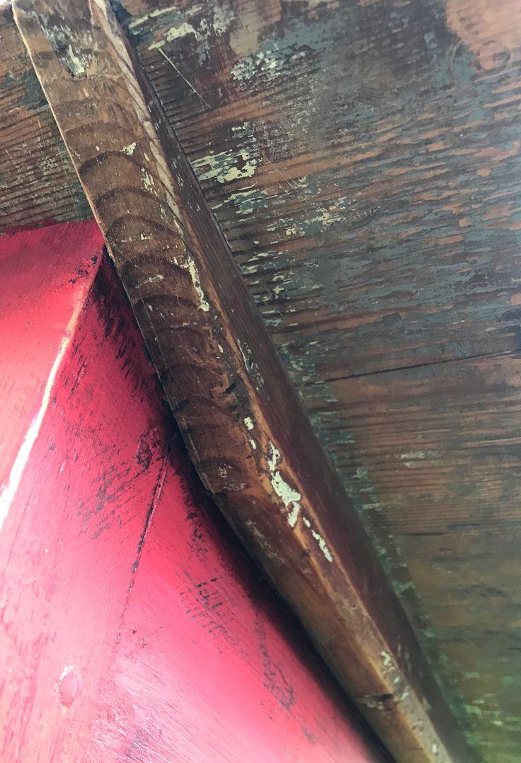 Råbarkat gediget trä mot det röda. Kontraster.