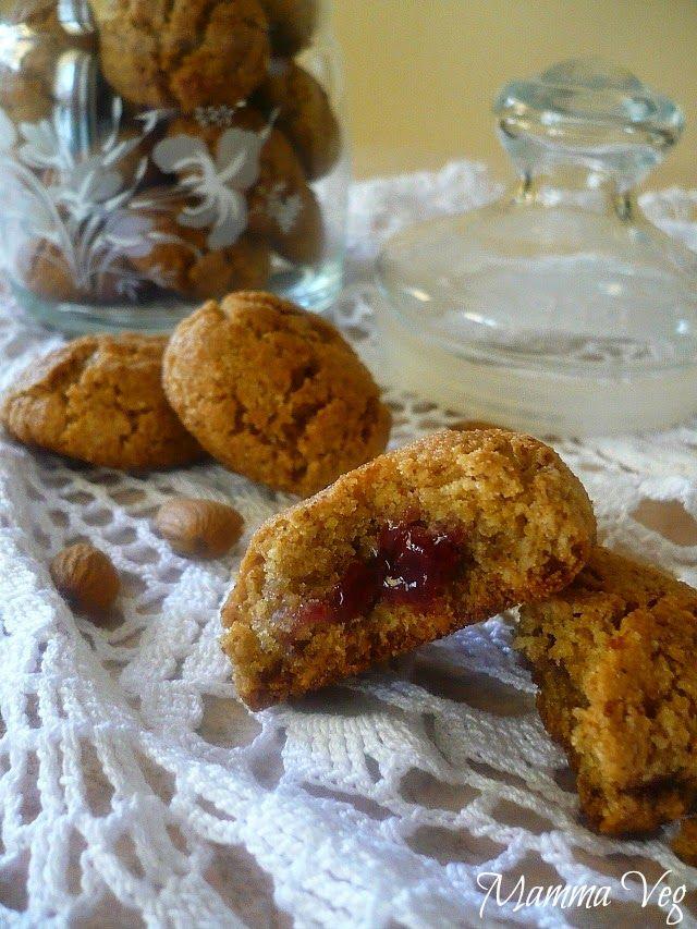Mamma Veg: Biscotti al cocco e mandorle con cuore di ciliegia