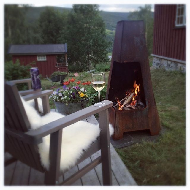 H y t t e l i v ♡ #sommerkveld #6grader #brrr #utepeis #jøtul #hytteliv #sommerferie #slaraffenliv #gudbrandsdalen