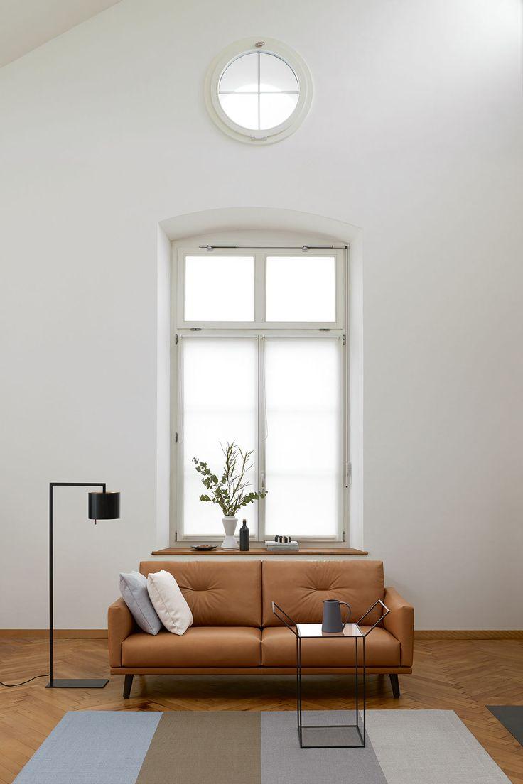 Das Sofa fasziniert mit seinem feinen und leichten Design.