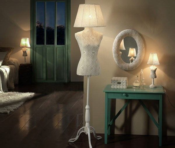 VOGUE CROCHE | SCHULLER Lámpara LED de salón con forma de maniquí con estampado tipo croche. #iluminación #decoración