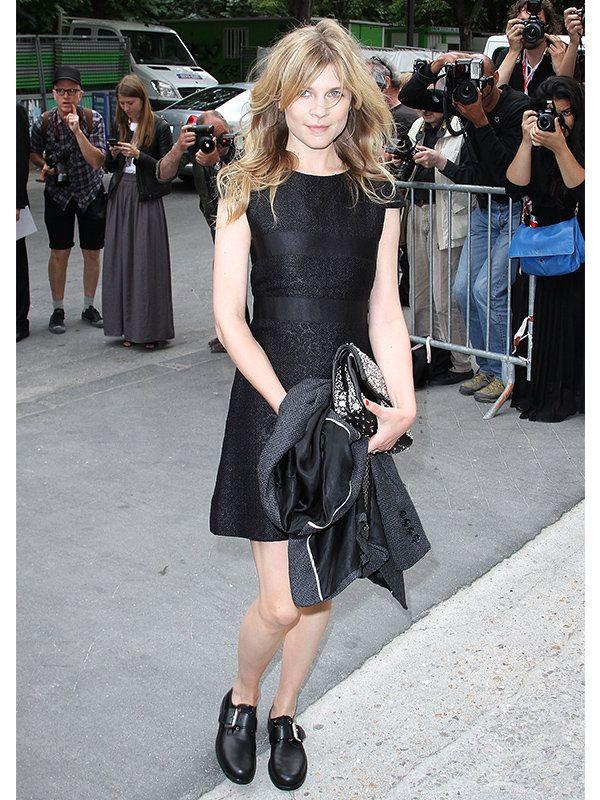 ファッションアイコンとして人気を集めるクレマンスは、異素材コンビのドレスで、オールブラックの着こなしにツイストを効かせて。ガーリーシックなミニドレスを、メンズシューズでフラットに仕上げたのもパリジャンらしい。
