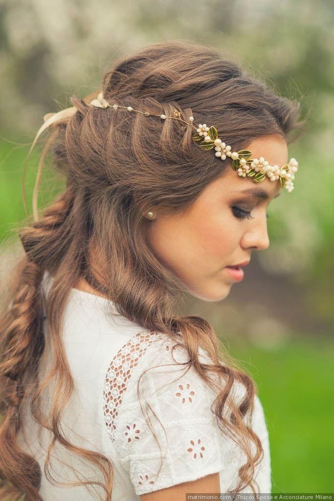 Acconciatura da sposa per capelli semi raccolti con treccia e coroncina di fiori