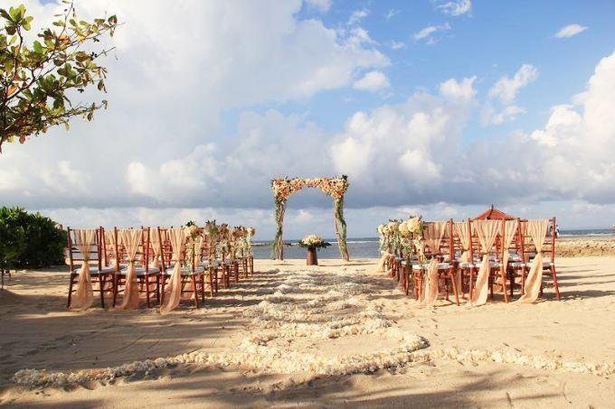 Beach wedding decoration inspiration | kayumanis nusa dua-beach wedding-peach color theme | http://www.bridestory.com/kayumanis-private-villa-and-spa/projects/kayumanis-beach-wedding-peach-color-decor