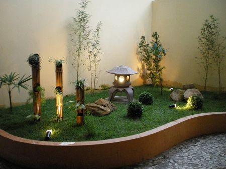 Em uma área de lazer reservada na sua casa, um espaço pequeno ou, então, no seu quintal, você também poderá fazer o seu jardim. Num canto qualquer basta decorá-lo, aplicando pedras, plantas e um mosteiro representando bem a cultura japonesa. A água é outro elemento muito empregado no jardim japonês, contudo, nem sempre é possível elaborar um lago. Desta forma, uma fonte de água é a escolha ideal. Você poderá escolher o modelo e o tamanho adequado para o seu jardim.: