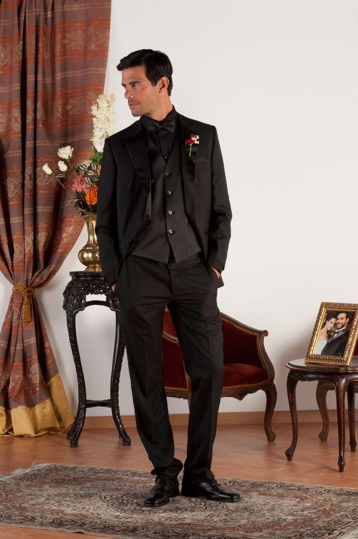 LUCA Abito sartoriale realizzato in fresco di lana nero con revers classiche in lucente raso nero di seta, tasche a doppio filetto con profili in raso di seta, gilet in fresco di lana nero, bottoni in madreperla naturale.