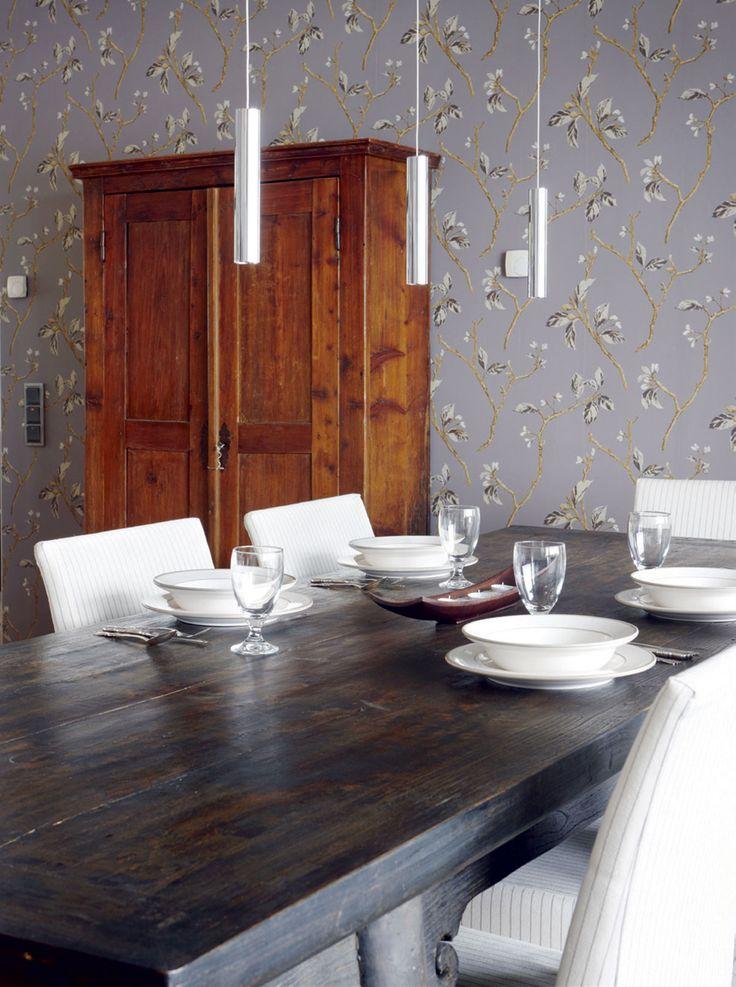 Ruokahuoneessa on vanha kiinalainen pöytä. Se ja ruokapöydän tuolit hankittiin Casuarinasta. Valaistussuunnitelma tehtiin yhdessä Halogen Gallerian kanssa. Sieltä hankittiin kaikki kiinteät valaisimet.