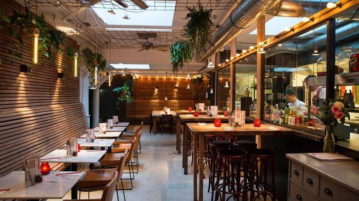 Ga hier graag een keer eten. Heeft een goede recensie in Het Parool. Restaurant Dum Dum Palace | Zeedijk 37 Amsterdam
