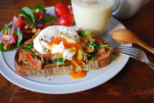 Breakfast of a very soft-boiled egg とろ~り卵の朝ごはんと
