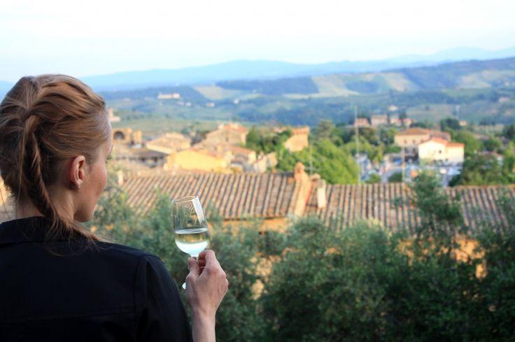 Un bicchiere di vino nella campagna toscana