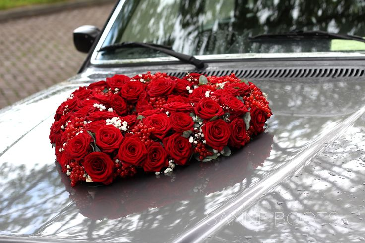 Zeg het met rode rozen! Autobloemstuk prachtig op je trouwauto tijdens jouw bruiloft!