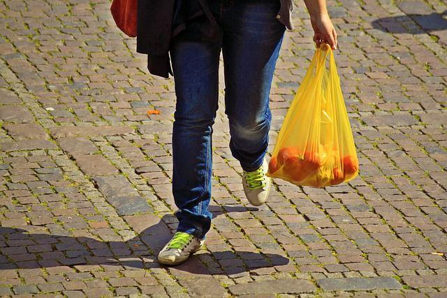 Czy torby foliowe przejdą do historii? Czy ustąpią miejsca wersji papierowej a może na stałe znikną z naszych usług? Więcej na naszym blogu!